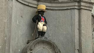 بريكست: قبل اليوم المشهود.. تمثال مانيكن بيس وسط بروكسل يلبس علم بريطانيا