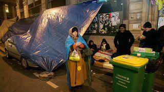 أشخاص بلا مأوى يتجمعون تحت خيمة مؤقتة في وسط باريس، الثلاثاء 16 ديسمبر 2008