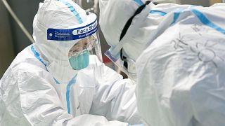 طاقم طبي في إحدى المستشفيات في ووهان