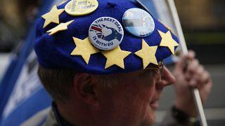 متظاهر مناهض لخروج بريطانيا من الاتحاد الأوروبي يرتدي قبعة عليها شارات علم أوروبي أثناء مظاهرة في لندن