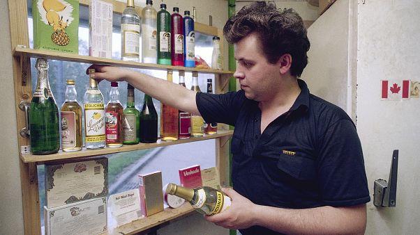 مردی در یک فروشگاه ودکا در مسکو در سال ۱۹۹۲