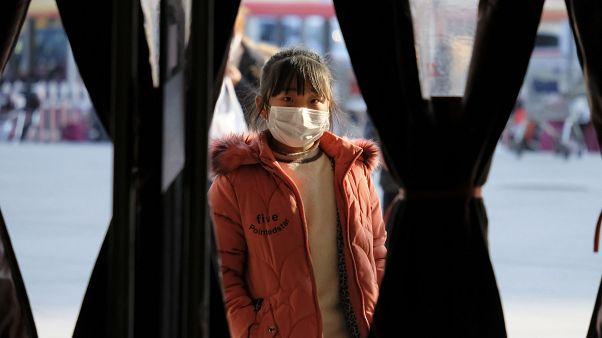 دختربچه چینی در شهر ووهان مرکز شیوع ویروس کرونا