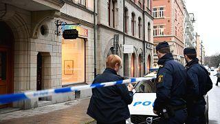 Rendőrségi helyszínelés a kifosztott stockholmi galéria előtt