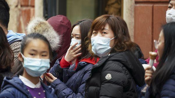 Coronavirus: Schlange stehen für Schutzmasken