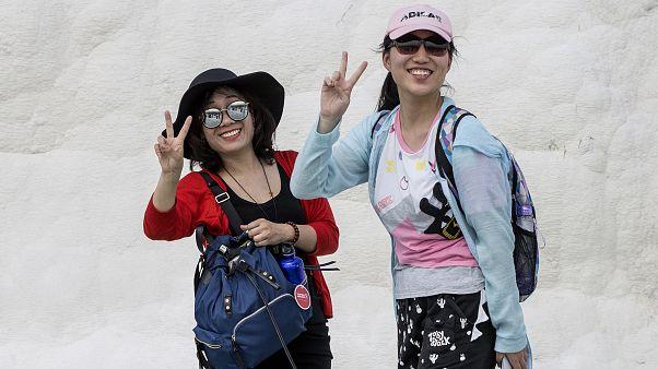 Pamukkale'yi ziyaret eden Çinli turistler
