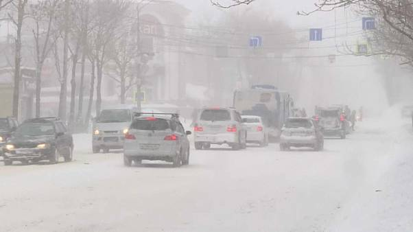 شاهد: إعصار ثلجي يعصف بجزيرة سخالين الروسية
