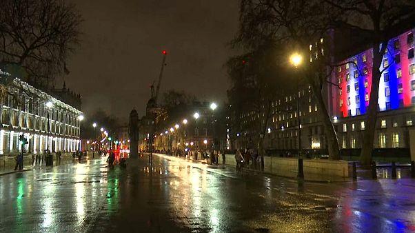 شوارع ومباني حكومية بريطانية مضاءة بلون علم المملكة المتحدة الأحمر والأزرق والأبيض-لندن 31 يناير 2020