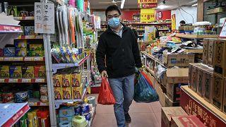 Épidémie de coronavirus : le bilan s'alourdit en Chine, les pays se protègent