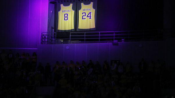 شاهد: دموع ولحظات مؤثرة في ليلة تكريم لوس انجلس ليكرز لأسطورة كرة السلة الراحل براينت