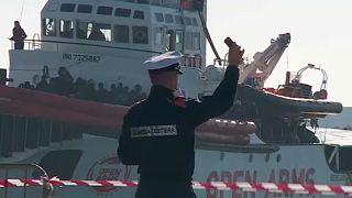 Kikötött Szicíliában a menekültekkel teli civilhajó