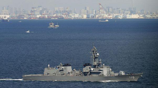 中東へ向け、神奈川県の海上自衛隊横須賀基地を出港した護衛艦「たかなみ」=2日午前(共同通信社ヘリから)