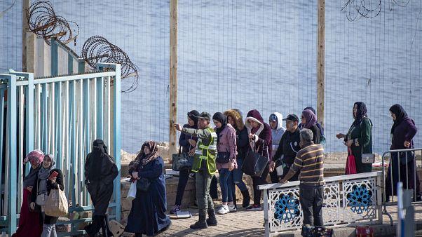 """حمالات البضائع المغربيات ينتظرن البديل عقب وقف """"التهريب المعيشي"""""""