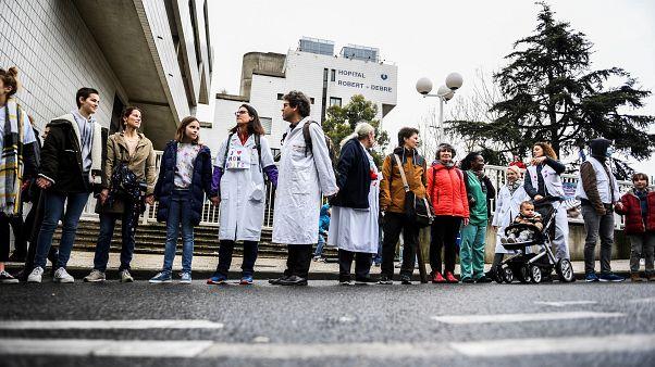 """Une chaîne humaine pour """"sauver l'hôpital public"""" en France"""