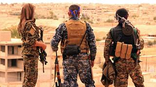 عناصر من قوات سوريا الديمقراطية يلقون نظرهم نحو مدينة الرقة السورية. 2017/04/30