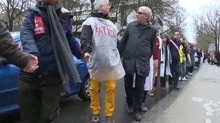 زنجیره انسانی برای دفاع از نظام خدمات درمانی دولتی در پاریس