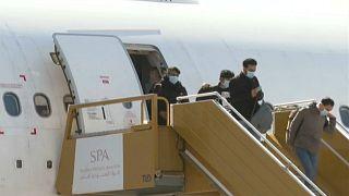 شاهد: وصول طلاب سعوديين إلى الرياض بعد إجلائهم من ووهان