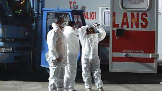 Personal médico recibe a evacuados de Wuhan en un aeropuerto militar de Turquía