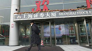 Koronavirüs Çin ekonomisini de vurdu: Yeni yıl tatili sonrası açılan borsalar yüzde 8 değer kaybetti