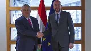 El presidente del Consejo Europeo Charles Michel (der) con al primer ministro húngaro Viktor Orban (izq) en la sede del Consejo Europeo en Bruselas, el 3 de febrero de 2020.