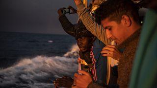 """مهاجرون على متن سفينة الإنقاذ """"أوبن أرمز"""" في المتوسط"""