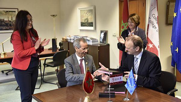 سفير المغرب لدى الاتحاد الأوروبي، أحمد رحو ورئيس كلية أوروبا، يورغ مونار يوقعان اتفاقيتين للتعاون الأكاديمي