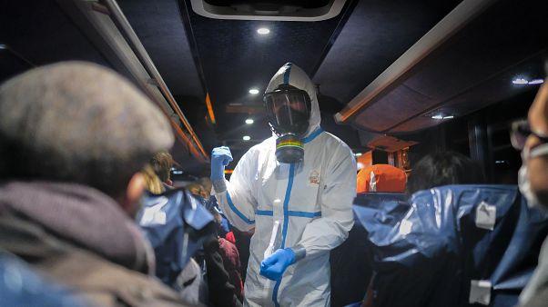 Des personnes évacués de Wuhan en Chine arrivent à Wroclaw en Pologne, le 2 février 2020
