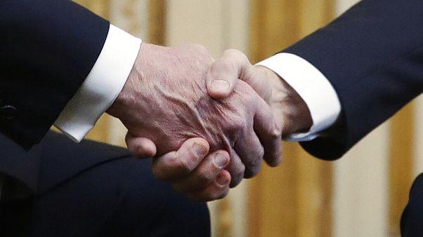 Járványok esetén se puszi, se kézfogás