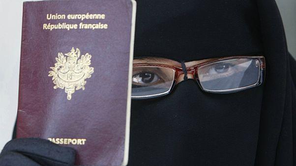 إمرأة فرنسية مسلمة تحمل جواز السفر الفرنسي