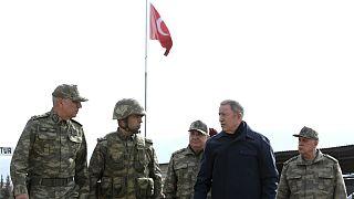 بازدید وزیر دفاع ترکیه از یگانهای نظامی مستقر در مرز سوریه