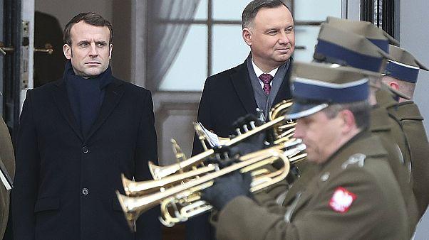 الرئيس الفرنسي إيمانويل ماكرون ونظيره البولندي أندريه دودا