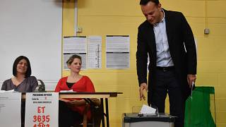 رئيس الوزراء المنتهية ولايته ليو فارادكار مدليا بصوته اليوم