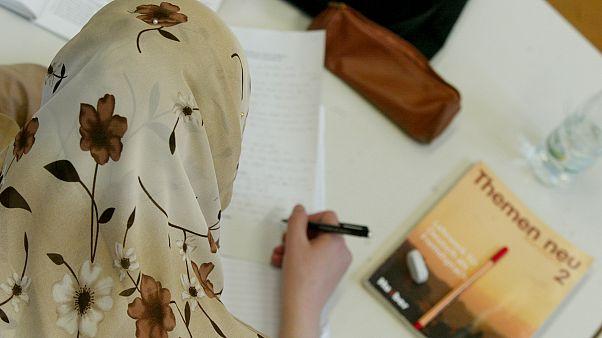 صورة من الأرشيف لسيدة خلال حصة دراسية