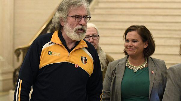 """رئيسة حزب """"شين فِين"""" الإيرلندي ماري-لو ماكدونالد (يمين) إلى جانب رئيس الحزب سابقاً جيري أدامز"""