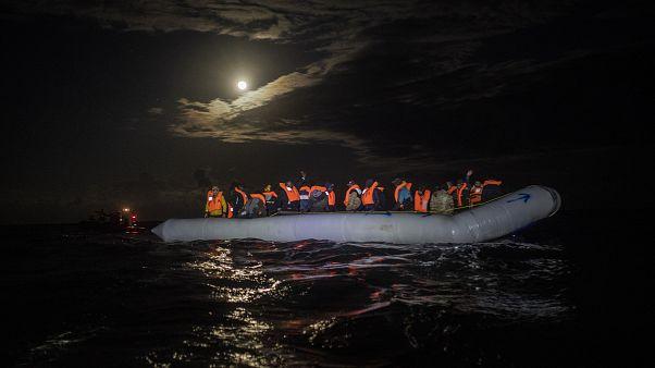 مهاجرون من أفريقيا على متن قارب قبيل إبحارهم باتجاه أوروبا