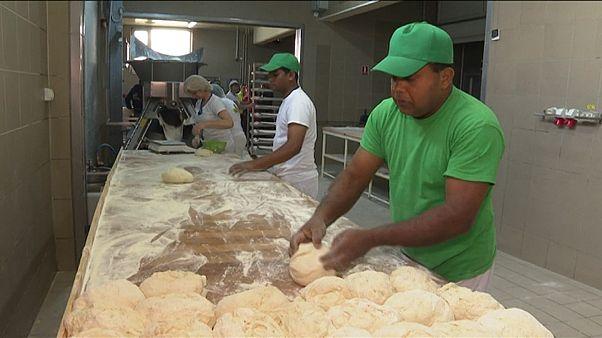 Romanya'nın Ditrau kasabasında çalışan iki Sri Lankalı işçi