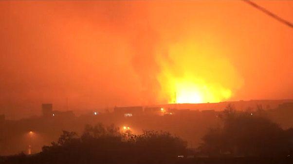صورة من فيديو لوكالة أسوشييتد برس يظهر لحظة انفجار مستودع الأسلحة في اليمن