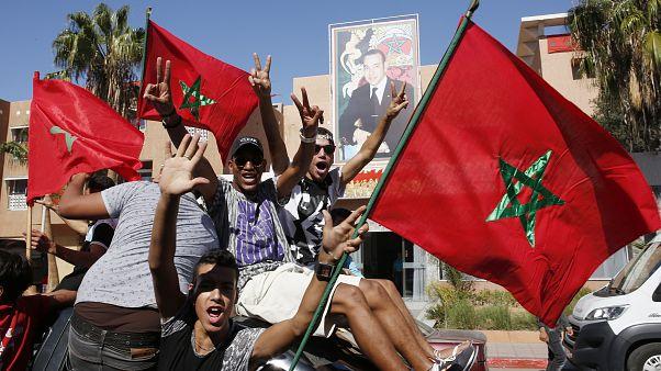 متظاهرون مغربيون يرفعون العلم المغربي في العيون، عاصمة الصحراء الغربية المتنازع عليها