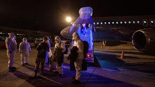 a koronavírus-járvány sújtotta kínai Vuhanból hazatérő magyarok Budapestre érkeznek a Magyar Honvédség repülőgépével 2020. február 2-án.
