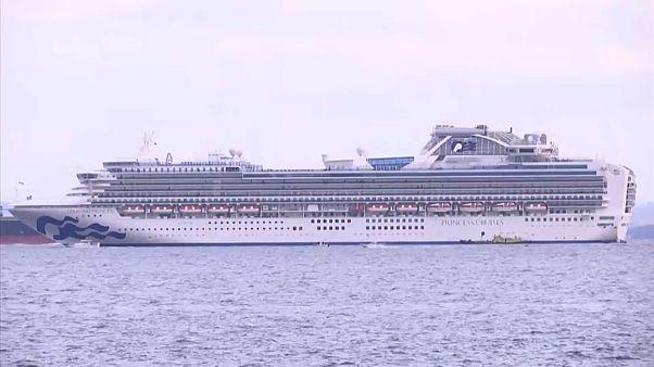Schiff liegt vor Yokohama vor Anker