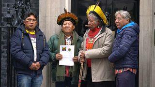 Líderes indígenas do Brasil entregam carta a Boris Johnson