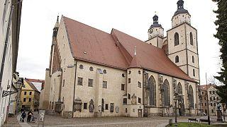 Marad az antiszemitának tartott dombormű a wittenbergi templom falán