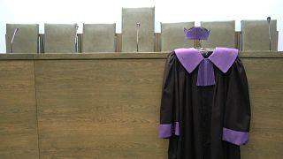 Duda aláírta a bírók helyzetéről rendelkező törvénymódosításokat