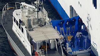 Pessoas infetadas pelo coronavírus deixam navio-cruzeiro a caminho do hospital