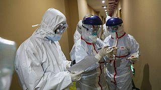Koronavirüs salgınına karşı çalışan sağlık görevliler-Çin