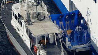 Un bateau des gardes-côtes japonais embarquant des passagers du paquebot Diamond Princess testés positifs au coronavirus. Yokohama, le 5 février 2020.