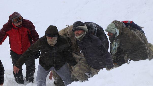 عناصر فريق تركي للطوارئ ينقل أحد ضحايا الانهيار الثلجي. 2020/02/05