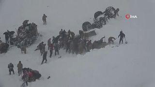 Mueren 38 personas en una avalancha doble en Turquía