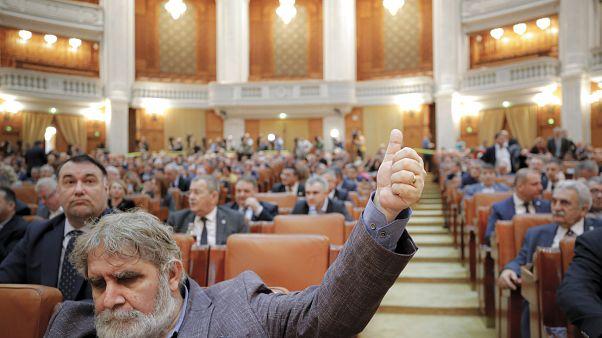 Romanya'da meclisin güven oyunu alamayan hükümet düştü