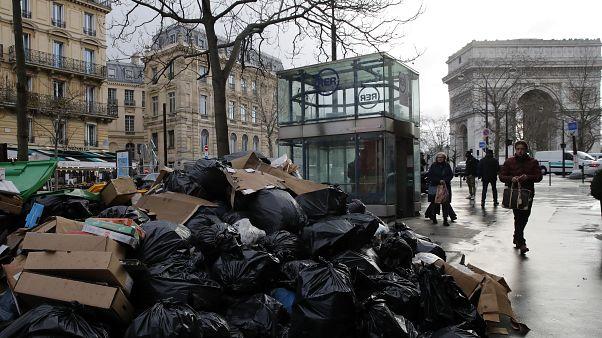 أكياس القمامة تغطي شوارع باريس