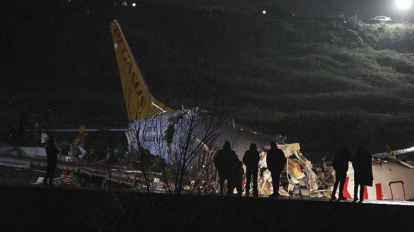 شاهد: مقتل 3 أشخاص وإصابة 157 آخرين جراء انشطار طائرة في إسطنبول